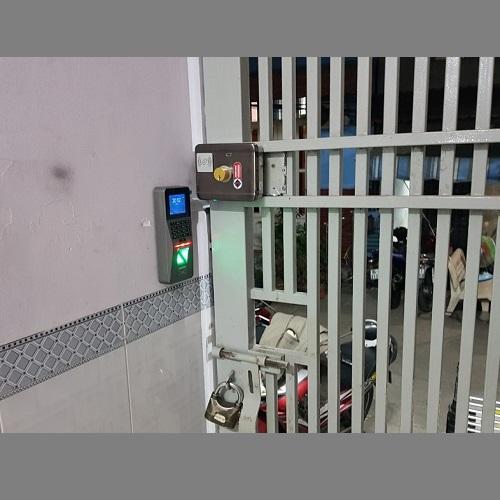 Máy chấm vân tay kiểm soát ra vào cổng Nhà trọ